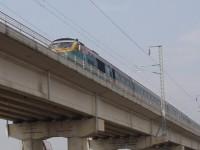 咸平駅南方の新旧線の交差地点の上を駆け抜けるセマウル号列車・2004年2月25日撮影
